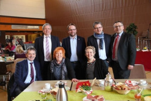 Gern gesehene G�ste des AsF-Frauenfr�hst�cks (v. li.):Dr. Werner Weissenborn,  Ulrike Gottschalck, Susanne Selbert (sitzend), Dieter Lengemann, Timon Gremmels, Uwe Schmidt, Andreas Siebert (stehend)