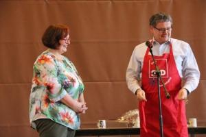 Silvia Nolte, Vorsitzende der AsF im Unterbezirk und Uwe Schmidt, Landrat, leidenschaftlicher Koch und Ehrenmitglied der AsF, erhält die
